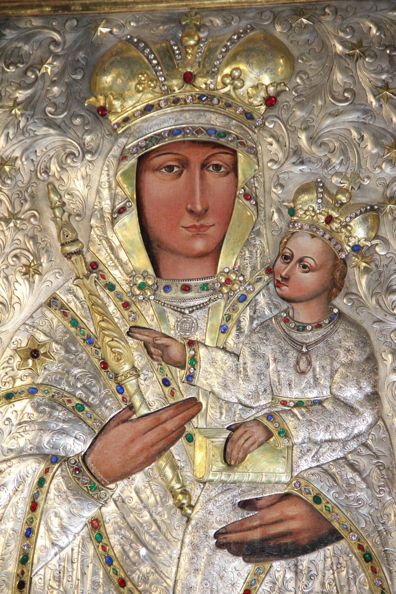 Wizerunek Matki Bożej Pocieszenia w srebrnej sukience z XX w